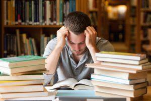 a che ora iniziare a studiare studente stressato